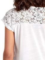 T-shirt w biało-czarne pasy z koronką z tyłu                                  zdj.                                  6