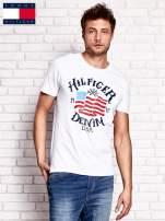 TOMMY HILFIGER Biały t-shirt męski z nadrukiem flagi                                  zdj.                                  1