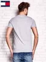 TOMMY HILFIGER Szary t-shirt męski z napisem 85                                  zdj.                                  3