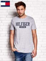 TOMMY HILFIGER Szary t-shirt męski z napisem HILFIGER DENIM                                  zdj.                                  1