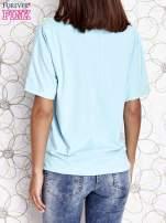 Turkusowy t-shirt z kolorowymi pomponikami przy dekolcie                                  zdj.                                  5