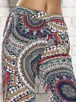 Wzorzyste granatowe spodnie dzwony we wzór etno                                  zdj.                                  5