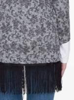 Żakardowy otwarty sweter narzutka o kroju kimona z frędzlami                                  zdj.                                  6