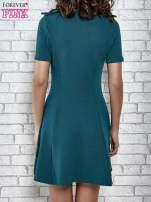 Zielona rozkloszowana sukienka ze złotymi guzikami                                  zdj.                                  4