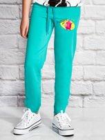 Zielone spodnie dresowe dla dziewczynki z bajkowym motywem                                  zdj.                                  1