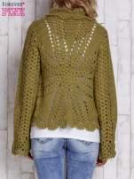 Brązowy sweter z wiązaniem
