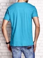 Zielony t-shirt męski z nadrukiem napisów i cyfrą 9