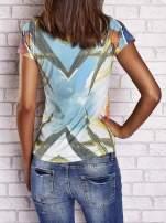 Zielony t-shirt z symetrycznym nadrukiem ptaków i kwiatów                                  zdj.                                  2