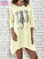 Żółta sukienka damska z nadrukiem kotów                                  zdj.                                  1