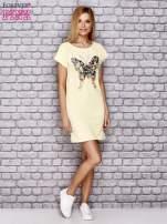 Koralowa sukienka z cekinowym motylem                                                                          zdj.                                                                         2