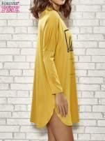 Żółta sukienka ze złotym napisem UNIQUE                                  zdj.                                  3