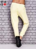 Żółte spodnie dresowe z zasuwaną kieszonką                                  zdj.                                  2