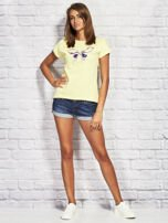 Żółty t-shirt z kolorowym motylem                                  zdj.                                  4