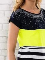 Żółty t-shirt z motywem pasków i aplikacją na dekolcie                                  zdj.                                  5