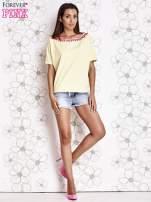 Żółty t-shirt z różowymi pomponikami przy dekolcie
